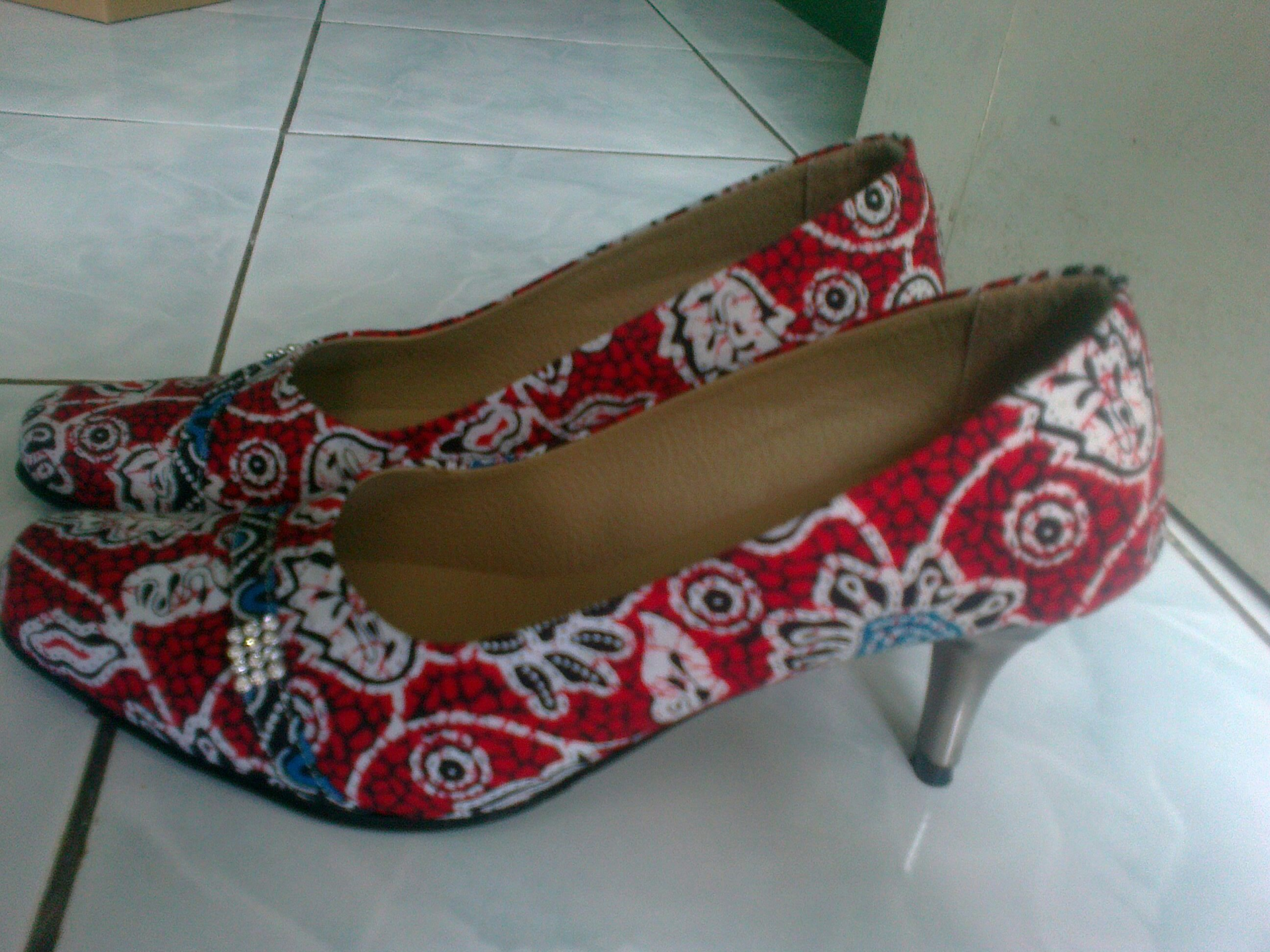 "... Terbaru ""Sepatu Cinderella Berbahan Batik Banyumas""   nisnaeni88"